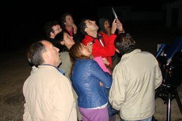 Grupo observando al cielo en Jatiel