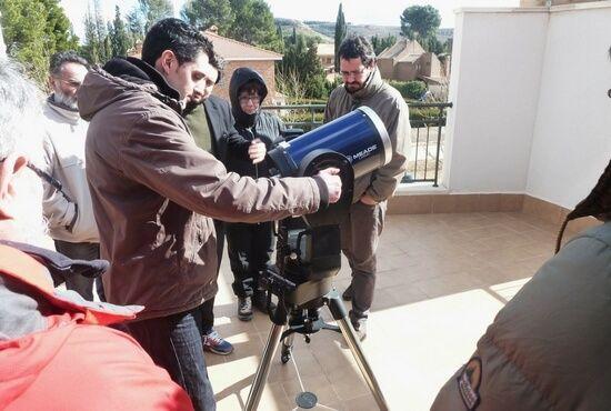 Atendiendo explicaciones con telescopio astronomico