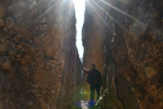 El sol entre las rocas