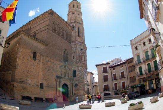 Plaza del ayuntamiento y la iglesia Albalate