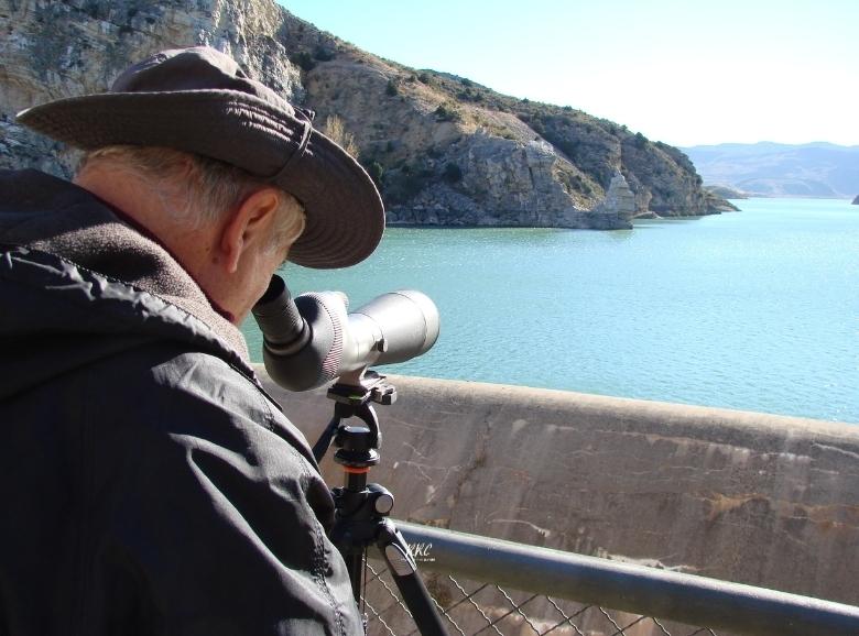Observador con telescopio terrestre en Cueva Foradada